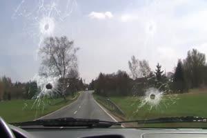 战斗机 打碎汽车前挡风玻璃飞机把镜片打碎 绿屏手机特效图片