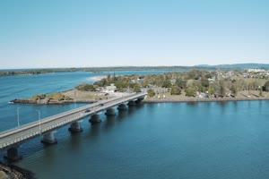 4K航拍 湖泊桥梁手机特效图片