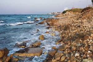 免费4K航拍 礁石沿滩激浪白色浪花2手机特效图片