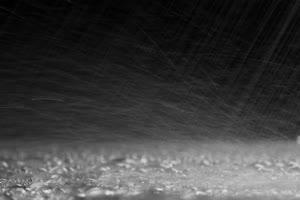 下雨平面上的雨水珠串1